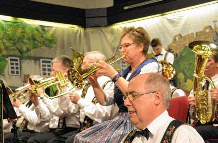 Die Trachtenkapelle Lindenfels hatte zu ihrem Wunschkonzert eingeladen und eröffnete damit ...