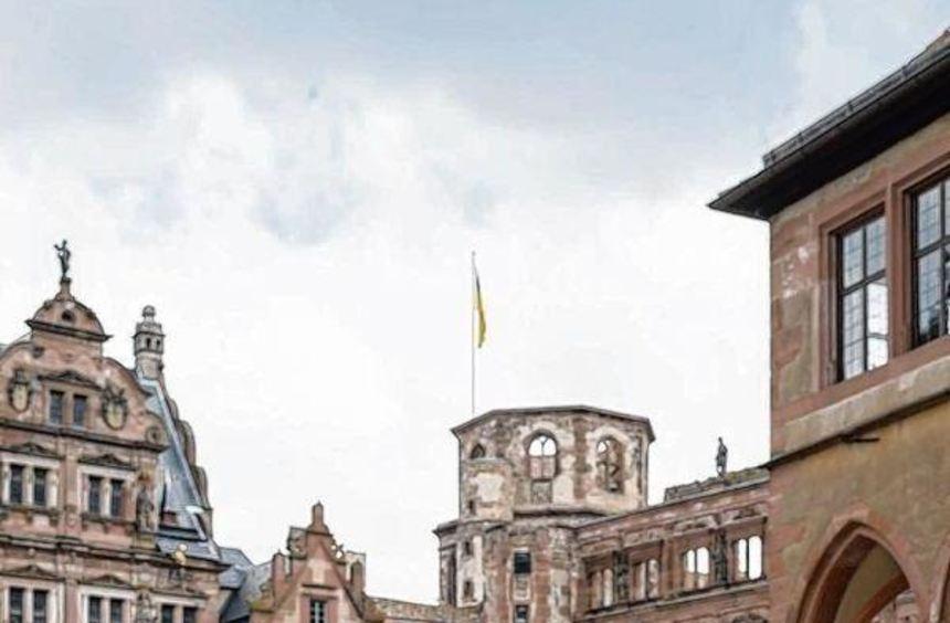 """Als """"Kaffeemädchen"""" der Kurfürstin führt Lucia Thelen Touristen durch das Heidelberger Schloss."""