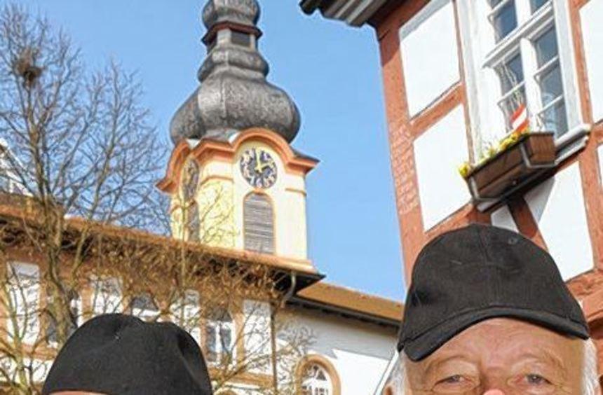 Das bestens eingespielte Moderatoren-Duo unterhält und informiert - Karl-Heinz Schulz (l.) über die ...