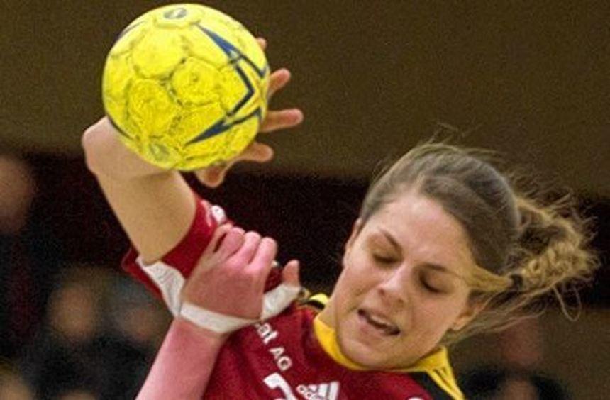 Eine starke Leistung - vor allem in der Abwehr - bot Flames-Spielerin Carmen Moser gegen ...