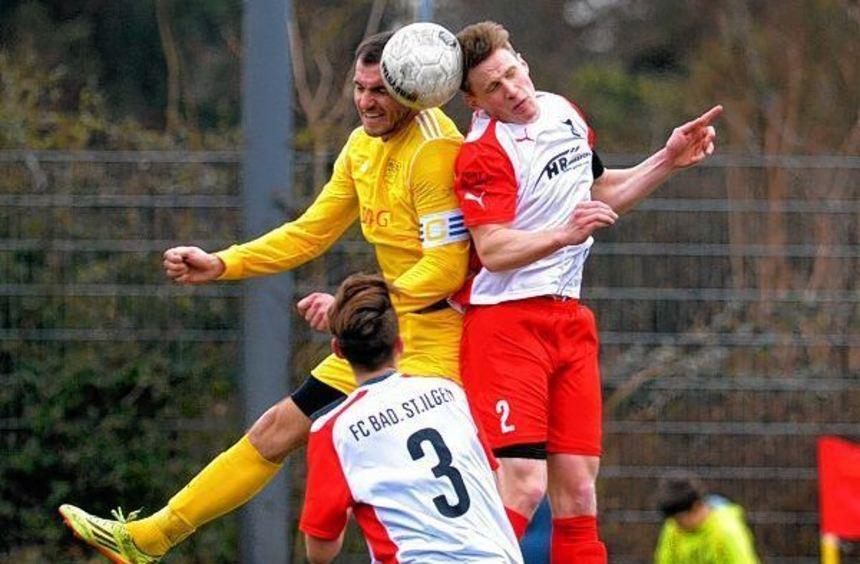Gartenstadts Markus Urban (links) klärt gegen den St. Ilgener Benedikt Goepfert. Der VfB war aber ...