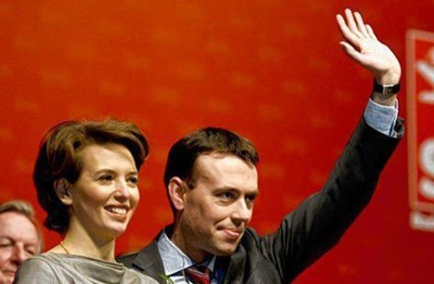 Nils Schmid und seine Frau Tülay freuen sich über das Wahlergebnis.