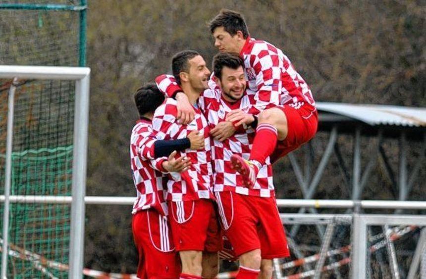 Croatias Torschütze zum 1:0, Franjo Marinic (2.v.l.), wird von seinen Mitspielern gebührend ...