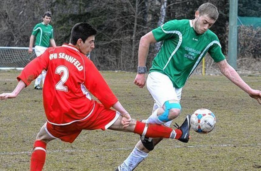 Die Angriffsbemühungen des TSV Rosenberg II gegen VfB Sennfeld (rote Trikots) blieben meist ohne ...