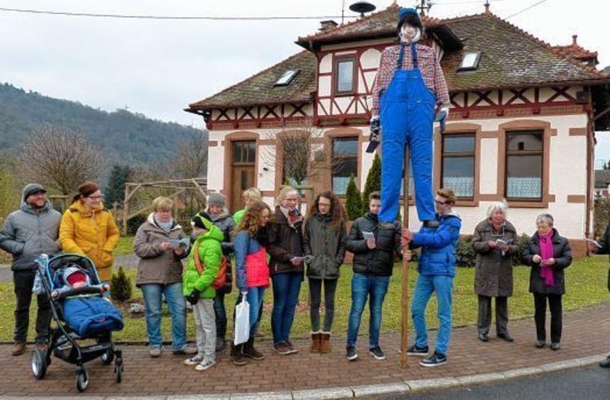 Begleitet von Mondfelder Bürgern zogen die Doudemooausträger durch den Ort und sangen an ...