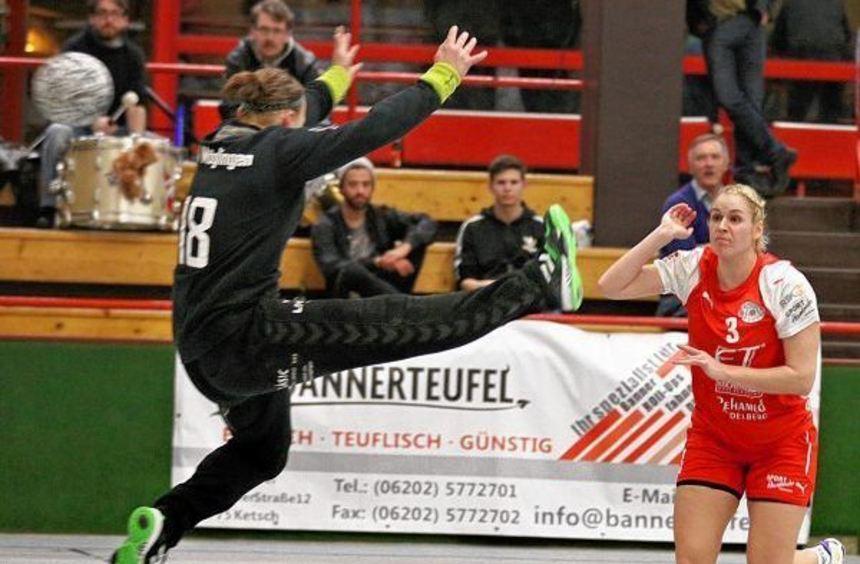 Rein ins Tor: Hier erzielt Sina Michels einen ihrer zehn Treffer, die sie zum Erfolg der TSG Ketsch ...