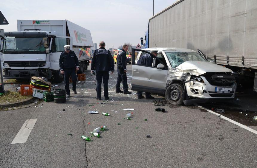 Nach dem Zusammenstoß wurde der Kleinwagen des 83-Jährigen gegen einen weiteren Lkw geschleudert, ...