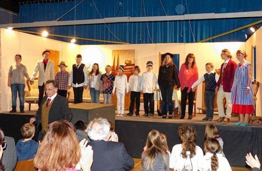Nach der letzten Szene spendeten die begeisterten Zuschauer den jungen Akteuren auf der Bühne lang ...