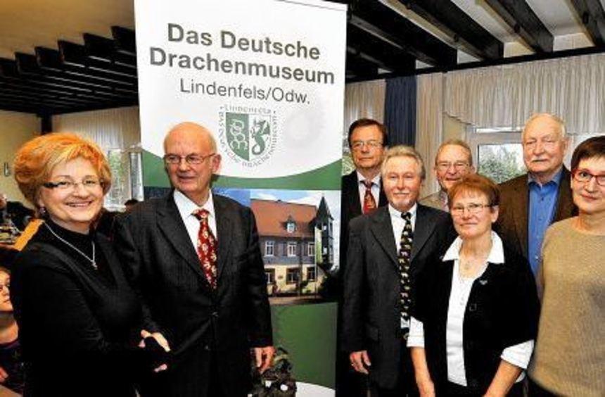 Der neue Vorstand des Drachenmuseums-Vereins mit der stellvertretenden Vorsitzenden Ruth Barbagallo ...