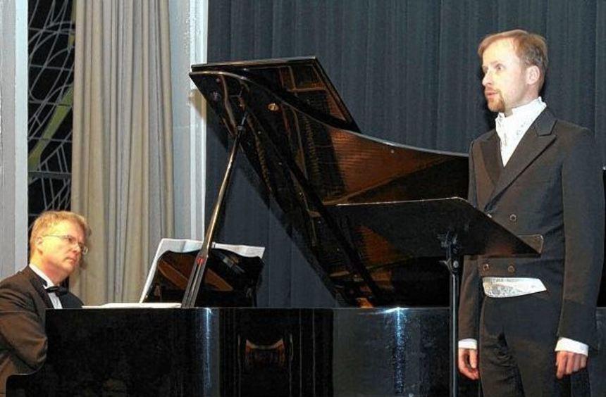 Pianist Holger Berndsen und Bariton Peter Schöne - zwei Musiker, die ihr Handwerk verstehen. Das ...