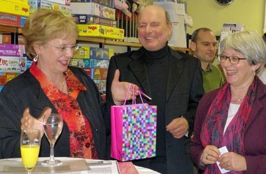 Kristin Hätterich (v. l.) und Axel Theunissen vom Bücherei-Förderverein freuen sich mit Edith ...