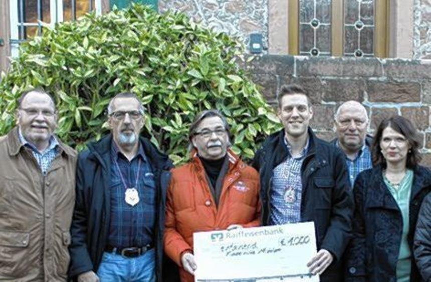 Die Fastnachter der katholischen Pfarrei bei der Spendenübergabe.