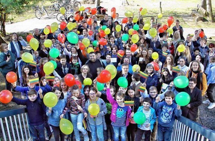 Die Schüler des Litauischen Gymnasiums ließen zum Jahrestag der Unabhängigkeit Luftballons in den ...