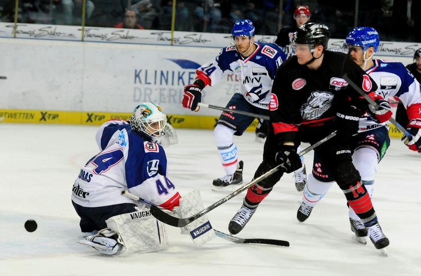 Blieb ohne Gegentreffer: Adler-Goalie Dennis Endras (li.).