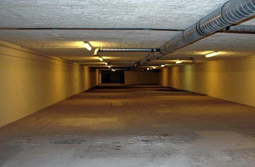 Rund 160 Parkplätze sollen im Pfalzplatzbunker entstehen, berichtet Dr. Inbeborg Dörr (oberes Bild) ...