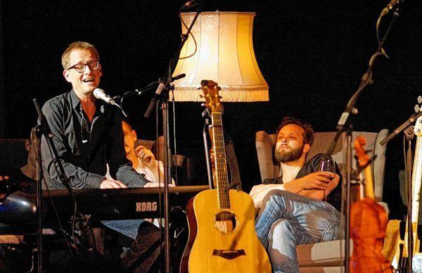 Tex am Klavier, im Hintergrund Maxim und Band (Foto: Sandra Dörr)