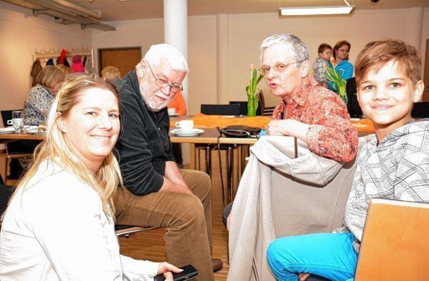 Austausch zwischen den Generationen: Haben Antje Barnes und Sohn Sidney in Roswitha und Georg ...