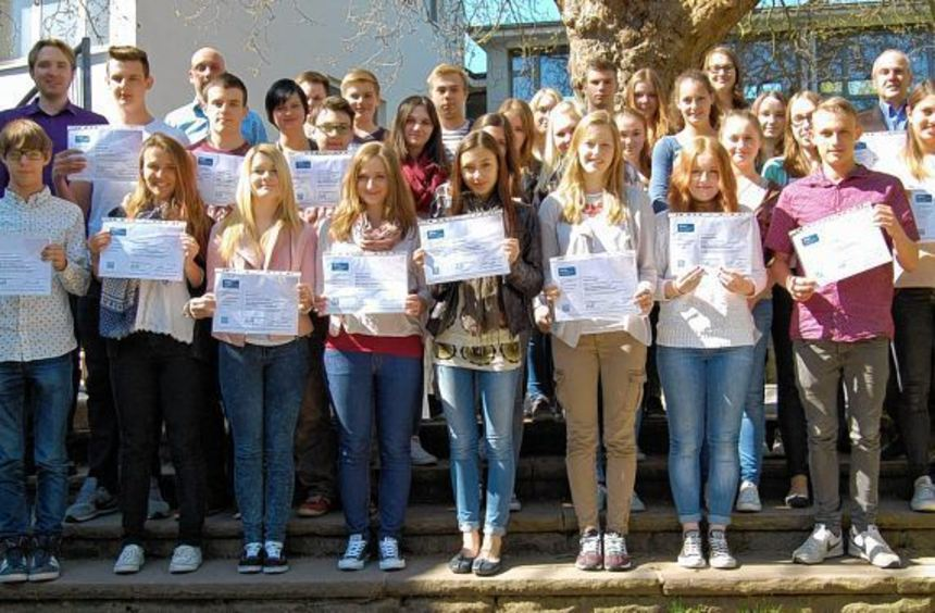 Erworbene Euro-Finanzführerschein-Zertifikate: Schulleiter Robert Dambach freut sich mit den ...