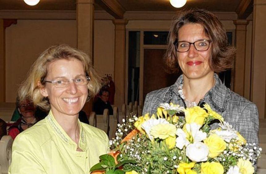 Andrea Jäger (l.) vom Kirchengemeinderat überreichte der neuen Pfarrerin Franziska Stoellger nach ...