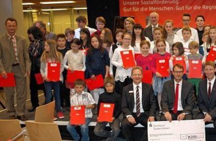 """Im Rahmen des Preisträgerkonzerts """"Jugend musiziert"""" wurden von der Sparkasse Tauberfranken die ..."""