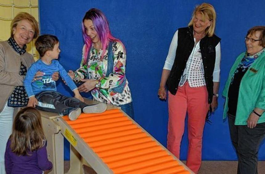 Übergabe des Turngeräts: Die Kindergartenkinder freuten sich sehr über die Spende des Service-Clubs ...