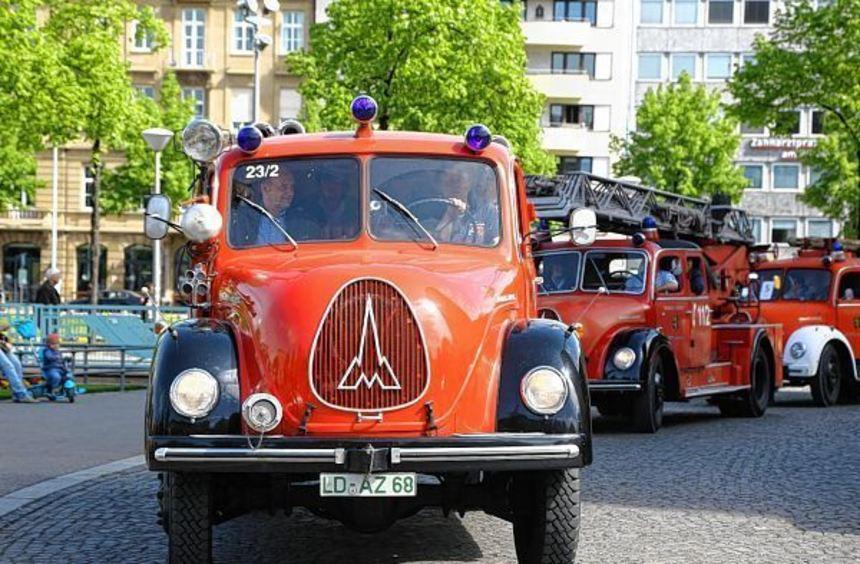 Blaue Lampen statt Rundum-Blaulichter, dreierlei Sondersignale: das Tanklöschfahrzeug von 1956 aus ...