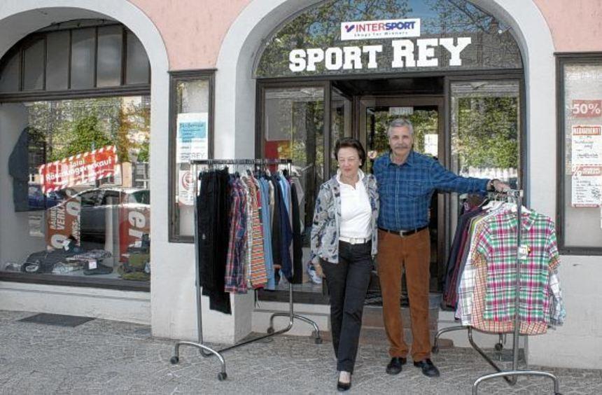 Poldi und Rolf Kientz vor ihrem Fachgeschäft, das sie Ende des Quartals nach 34 Jahren aufgeben ...
