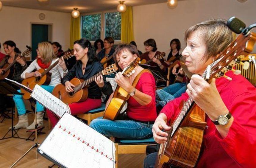 """Das Frauen-Gitarren-Ensemble """"Gitarristas"""" probt in einem Saal des Gemeinde- zentrums der ..."""
