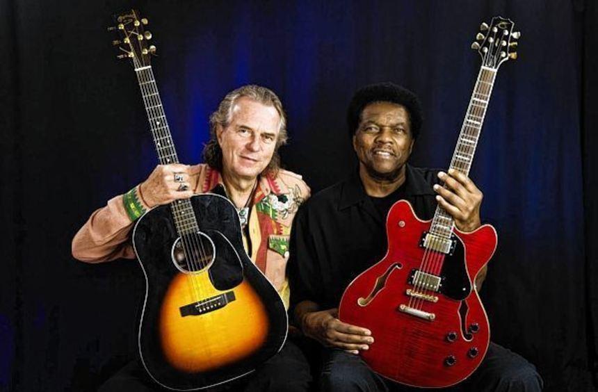 Hans Theessink und Terry Evans spielen im Musiktheater Rex.