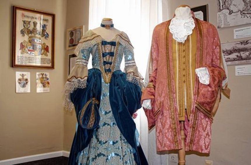 Kleidung aus verschiedenen Epochen ist derzeit in den Räumen des Gemeindemuseums in Neckarhausen zu ...