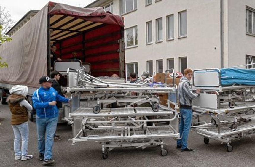 Medizinische Betten schicken die Helfer unter anderem in die Ukraine.