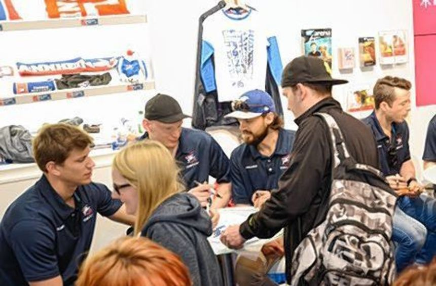Adler-Fans, die ein Autogramm wollten, brauchten viel Geduld.