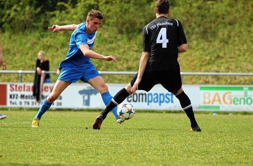 Niederlage im Topspiel: Der SV Wachbach (in Blau) unterlag zu Hause gegen Pfedelbach mit 0:2 und ...