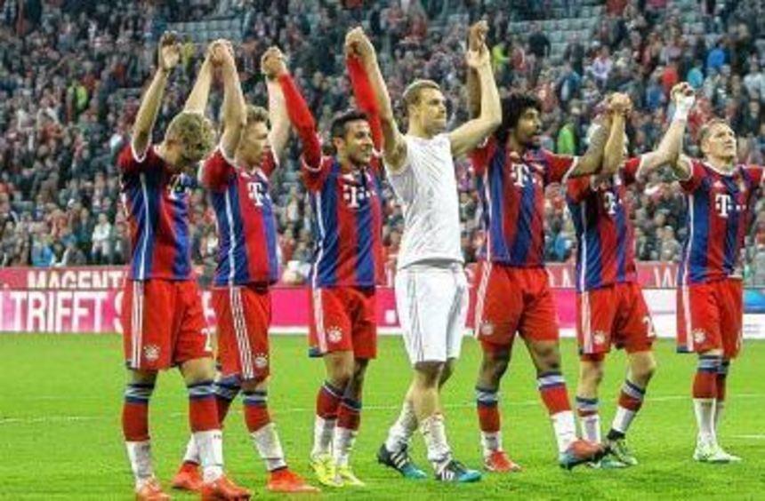 Eine kurze La Ola vor der Südkurve - das war's. Der FC Bayern hat keine Zeit, den Gewinn der ...