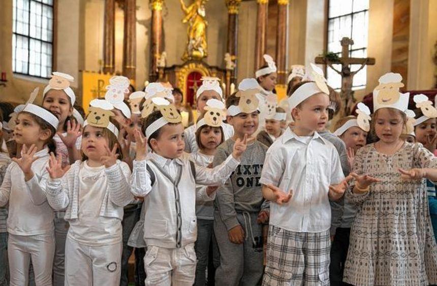 In der Marienkirche stellen Kinder die Geschichte vom guten Hirten (r.o.) dar, der ein schwarzes ...