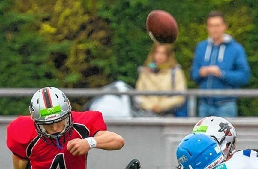 Bandits-Quarterback Sonny Weishaupt beim Kick.