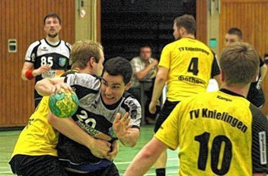 Philipp Gunst (3.v.l.) steuert sieben Tore zum Erfolg des TSV Amicitia bei.