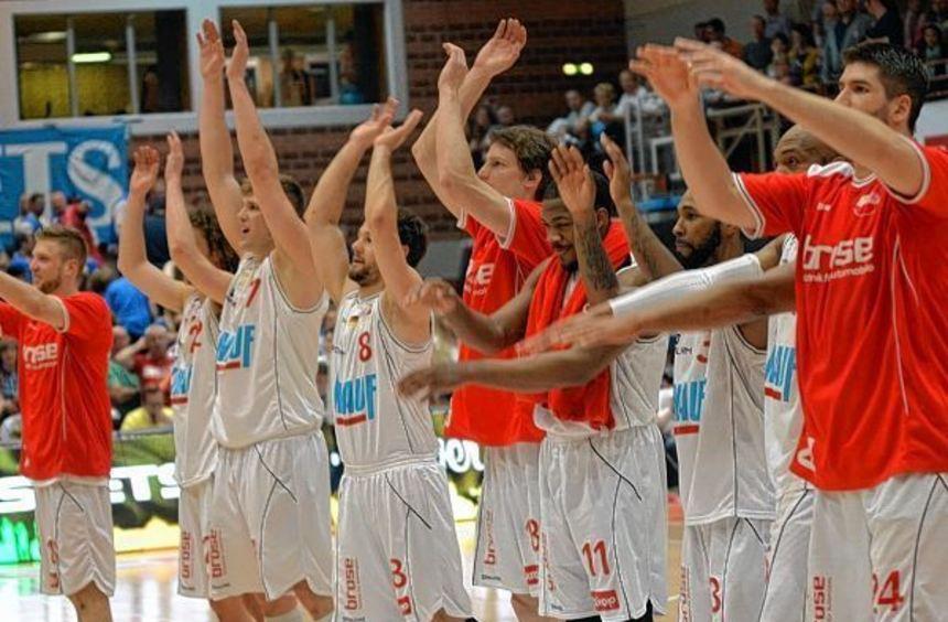 Schon am Freitag feierten die Würzburger Fans ihre Mannschaft. In heimischer Halle gewannen die ...