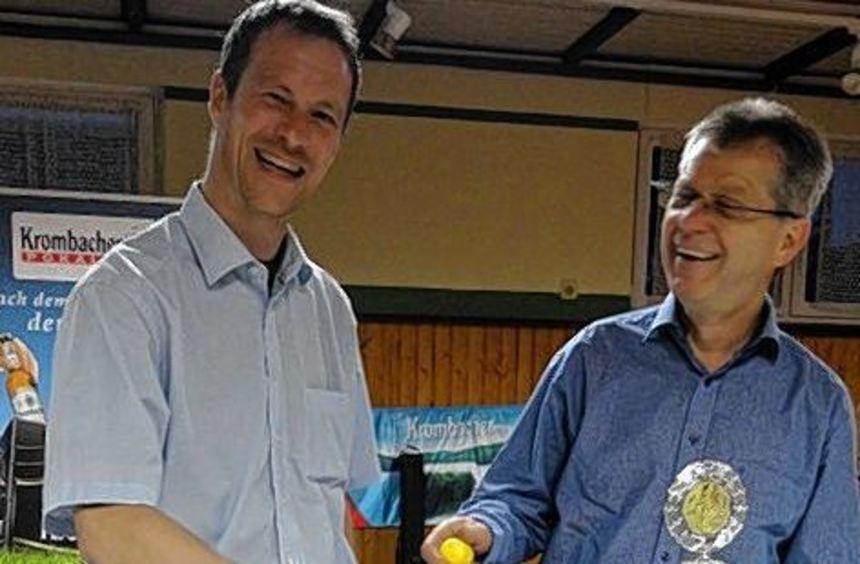 Pokalspielleiter Reiner Held (rechts) und Markus Hill (links) von der SG Lautern nahmen die ...