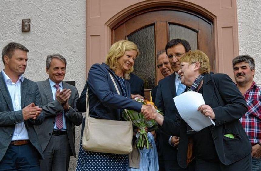 Die Vorsitzende des Wahlausschusses Helga Koch (rechts) gratulierte am gestrigen Sonntag nach der ...