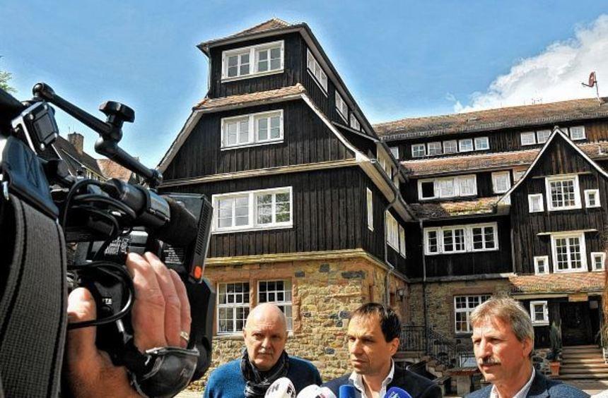 Bedrückte Gesichter bei der Pressekonferenz vor dem Goethe-Haus der Odenwaldschule (von links): ...
