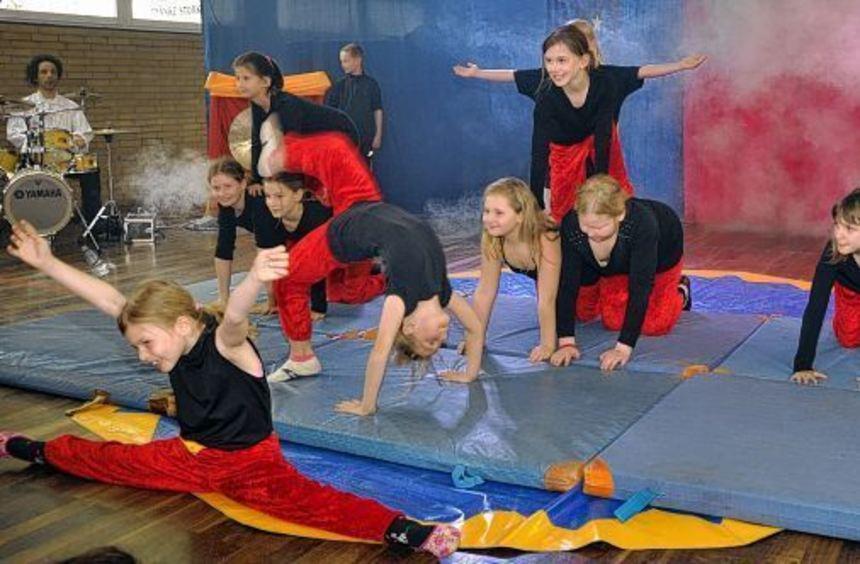 Eifrig trainiert hatten diese jungen Einhäuserinnen für ihre Zirkusnummer - eine von mehreren ...