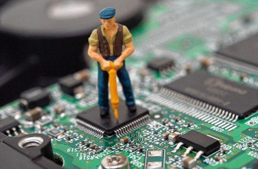 Wer ganz sichergehen will, dass keine persönlichen Daten auf alten Geräten übrigbleiben, zerstört ...