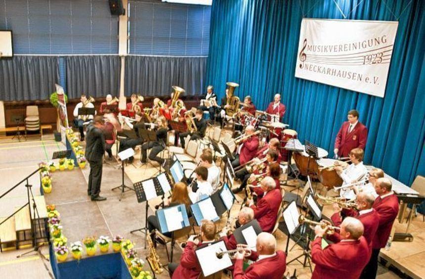 Ein klasse Konzert lieferten die Orchester der Musikvereinigung Neckarhausen in der ...