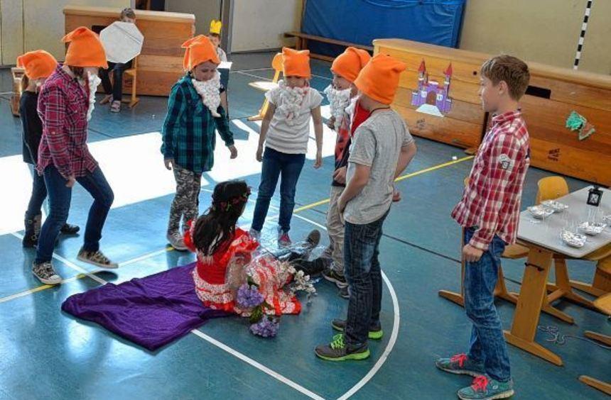 So ein Glück: Schneewittchen lebt! Beim Nachspielen der Märchen-Klassiker hatten die Grundschüler ...