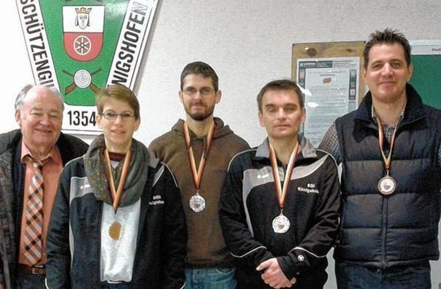 Siegerehrung bei den Kreismeisterschaften (von links): Hansjörg Wirth (Kreisschützenmeister), Heike ...