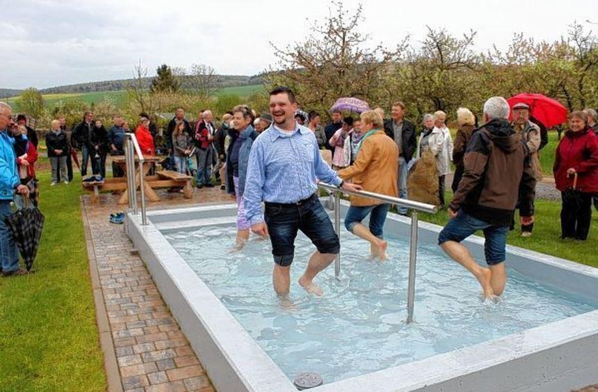 Die ersten Kneippbegeisterten haben die Wassertretanlage in Unterschüpf zusammen mit Ortsvorsteher ...