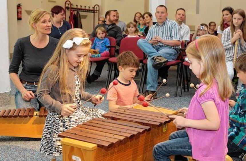 Musiklehrerin Gudrun Kaufmann und die jungen Musikanten Jovanna, Anton, Sarah und Elias (von ...