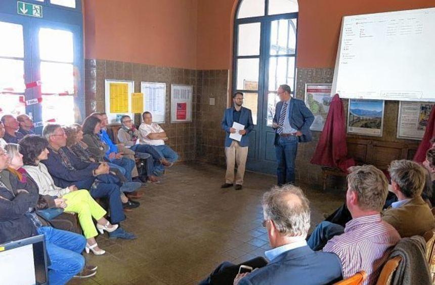 Sprudelnde Ideen: In der Wartehalle des Laudaer Bahnhofes stellten vier Arbeitsgruppen die ...