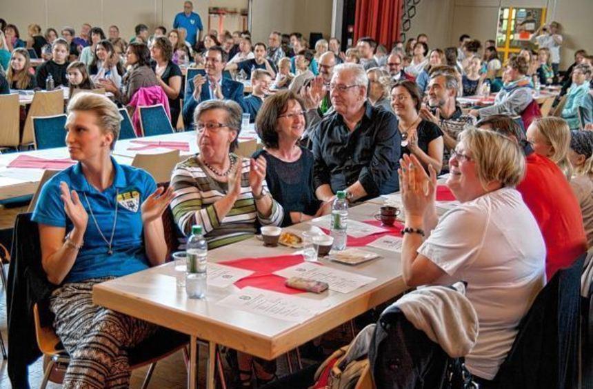 """Der Junge Chor aus Heppenheim tanzt in der """"Warteschleife"""" (oben links). Die Kinder des Bürstädter ..."""